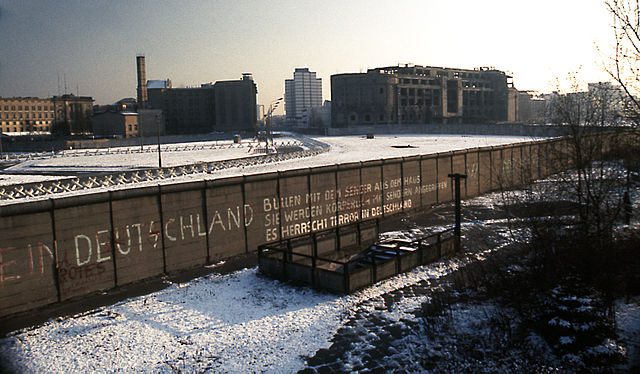 640px-Berlin_Wall_Potsdamer_Platz_November_1975_looking_east