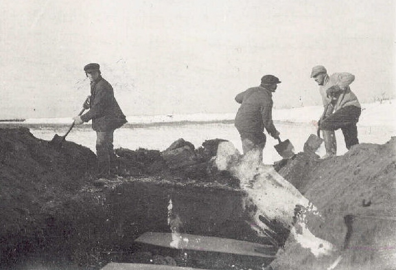 Spanish_flu_victims_burial_North_River_Labrador_1918